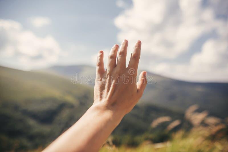 Χέρι που φτάνει στους πράσινους λόφους στα θερινά βουνά Θερινές διακοπές στα βουνά Άποψη πάνω από τους πράσινους λόφους και τα σύ στοκ φωτογραφίες με δικαίωμα ελεύθερης χρήσης
