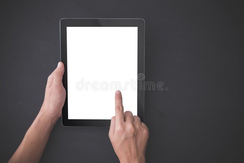 Χέρι που χρησιμοποιεί ένα PC ταμπλετών, δάχτυλο που πιέζει τη φανταστική επιλογή, το πλαστό u στοκ εικόνες