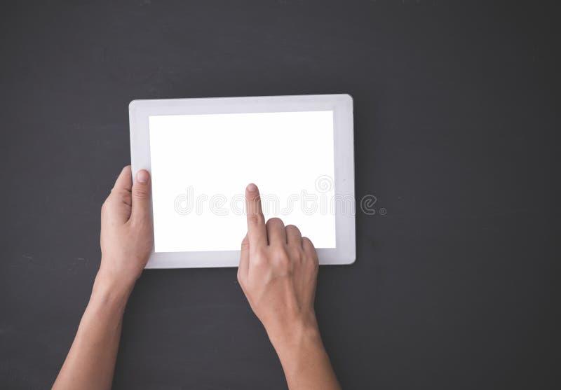 Χέρι που χρησιμοποιεί ένα PC ταμπλετών, δάχτυλο που πιέζει τη φανταστική επιλογή, το πλαστό u στοκ φωτογραφία
