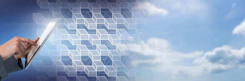 Χέρι που χρησιμοποιεί την ταμπλέτα με τη γεωμετρική μετάβαση του ουρανού στοκ φωτογραφία με δικαίωμα ελεύθερης χρήσης