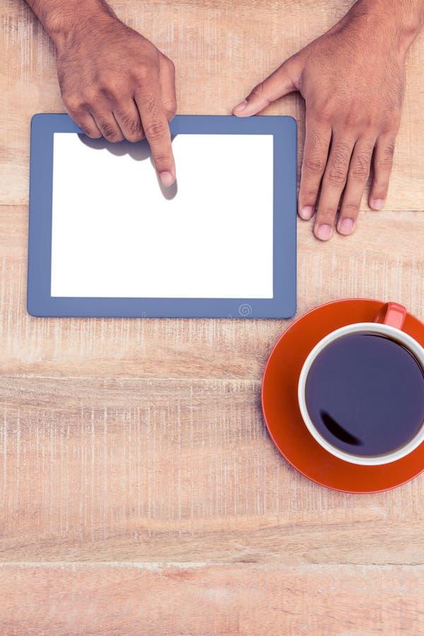 Χέρι που χρησιμοποιεί την ψηφιακή ταμπλέτα πέρα από τον πίνακα στοκ εικόνες