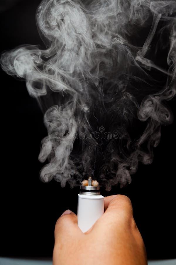 Χέρι που χρησιμοποιεί το ε-τσιγάρο στοκ φωτογραφίες με δικαίωμα ελεύθερης χρήσης