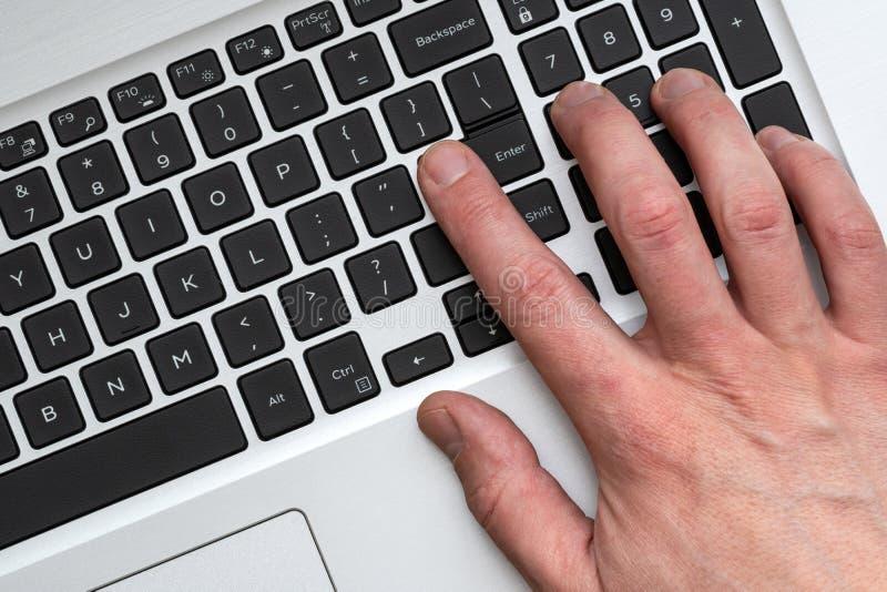 Χέρι που χρησιμοποιεί το σύγχρονο lap-top στοκ εικόνα