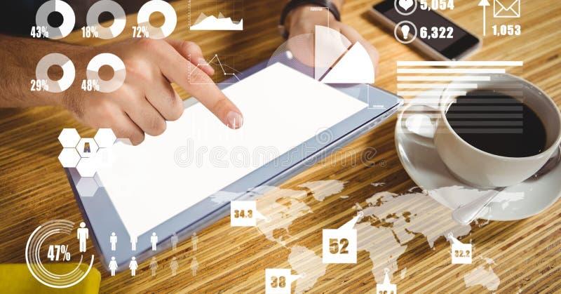 Χέρι που χρησιμοποιεί το PC ταμπλετών με την επικάλυψη της γραφικής παράστασης και του χάρτη στοκ εικόνα