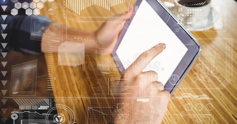 Χέρι που χρησιμοποιεί το PC ταμπλετών στον πίνακα με τις επικαλύψεις στοκ εικόνες
