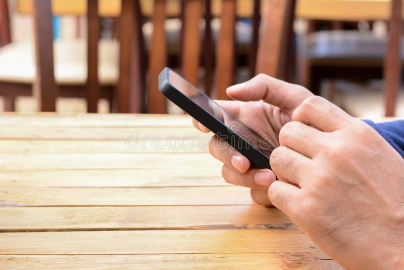 Χέρι που χρησιμοποιεί το smartphone στοκ φωτογραφία