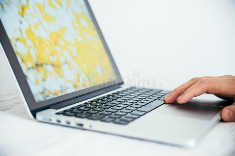 Χέρι που χρησιμοποιεί touchpad στο lap-top στοκ εικόνες
