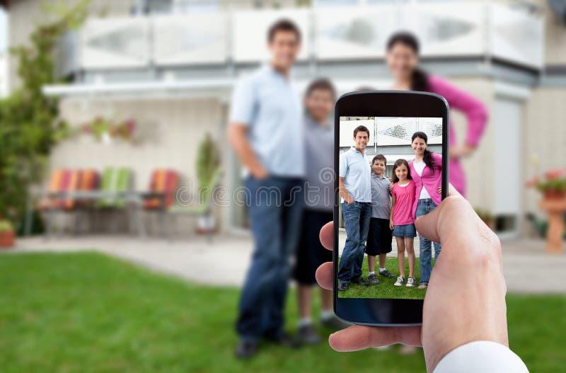 Χέρι προσώπων που παίρνει την οικογενειακή φωτογραφία στοκ εικόνες με δικαίωμα ελεύθερης χρήσης