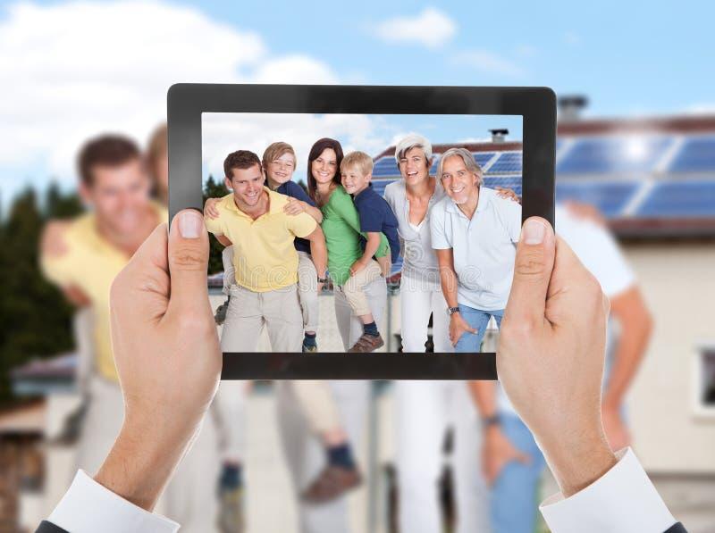 Χέρι προσώπων που παίρνει τη φωτογραφία της οικογένειας στοκ εικόνες