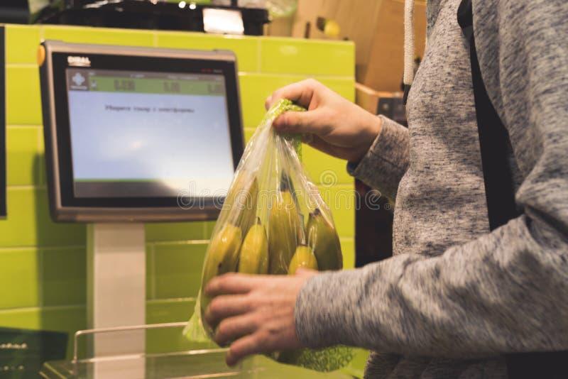Χέρι προσώπων ` s που χρησιμοποιεί την επιτροπή οργάνων ελέγχου οθόνης αφής για να αγοράσει κάποια τρόφιμα στο κατάστημα στοκ φωτογραφία με δικαίωμα ελεύθερης χρήσης