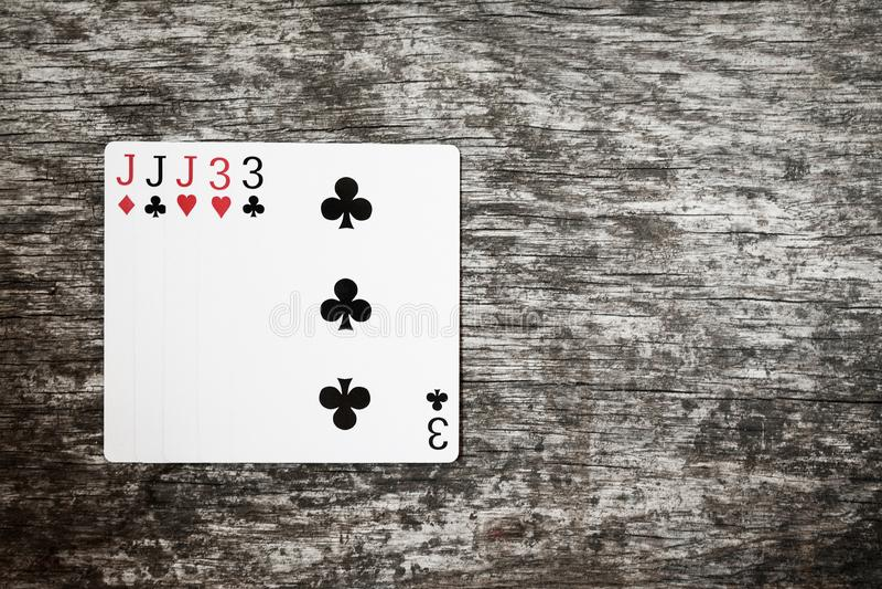 Χέρι πόκερ: πλήρες σπίτι περίληψη παιχνιδιών καρτών παιχνιδιού στον ξύλινο πίνακα στοκ εικόνες με δικαίωμα ελεύθερης χρήσης
