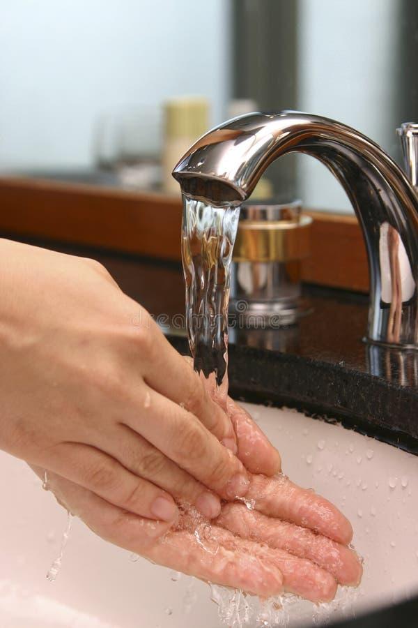 Χέρι πλυσίματος στο νεροχύτη στοκ εικόνα