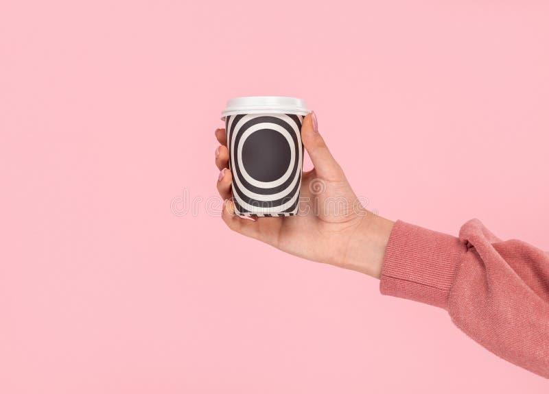Χέρι συγκομιδών που παρουσιάζει take-$l*away φλυτζάνι στοκ φωτογραφίες με δικαίωμα ελεύθερης χρήσης