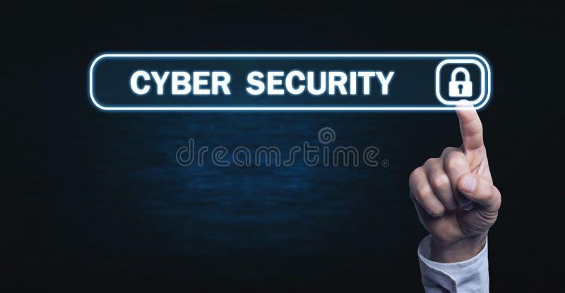 Χέρι σχετικά με την εικονική οθόνη με το εικονίδιο λουκέτων Έννοια του cyber στοκ εικόνα