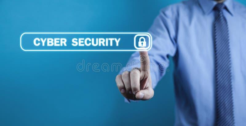 Χέρι σχετικά με την εικονική οθόνη με το εικονίδιο λουκέτων Έννοια του cyber στοκ φωτογραφίες