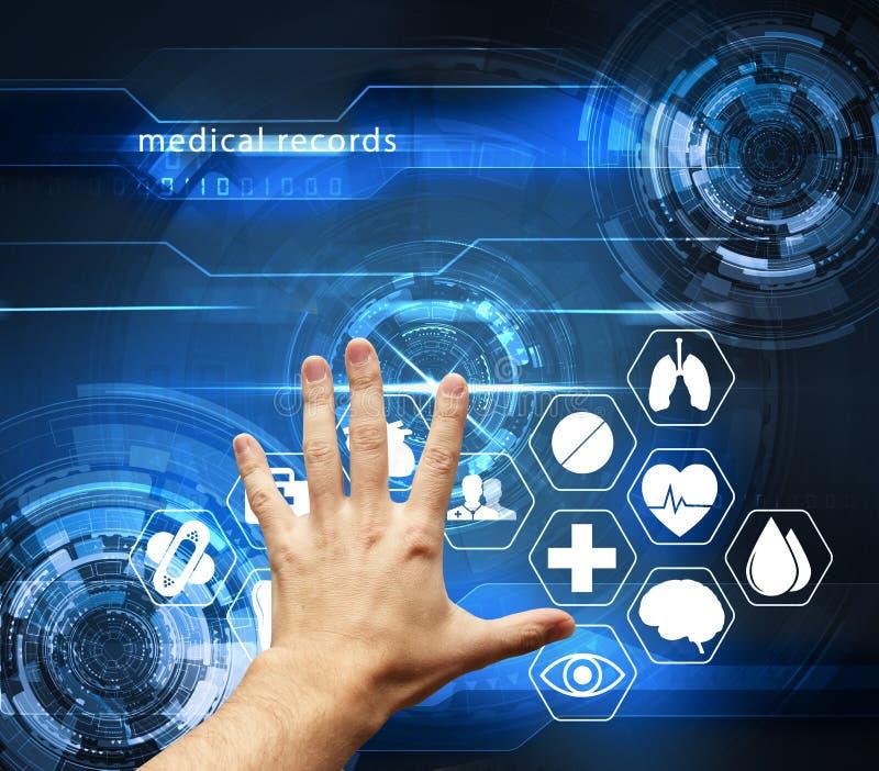 Χέρι σχετικά με τη φουτουριστική διεπαφή με τις ιατρικές αναφορές - medica στοκ φωτογραφία
