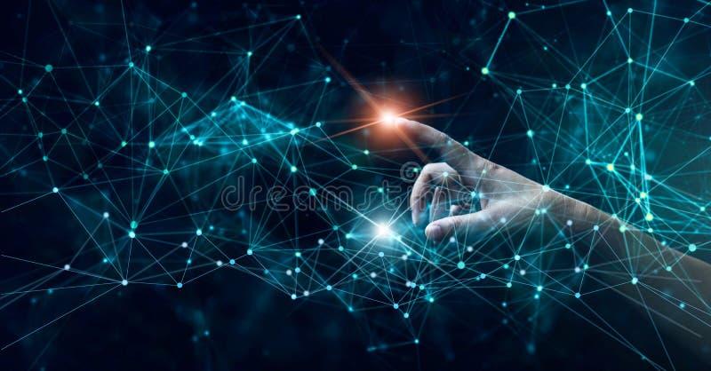 Χέρι σχετικά με τη φουτουριστική σύνδεση, Διαδίκτυο, την καινοτομία και την τεχνολογία δικτύων στοκ φωτογραφία