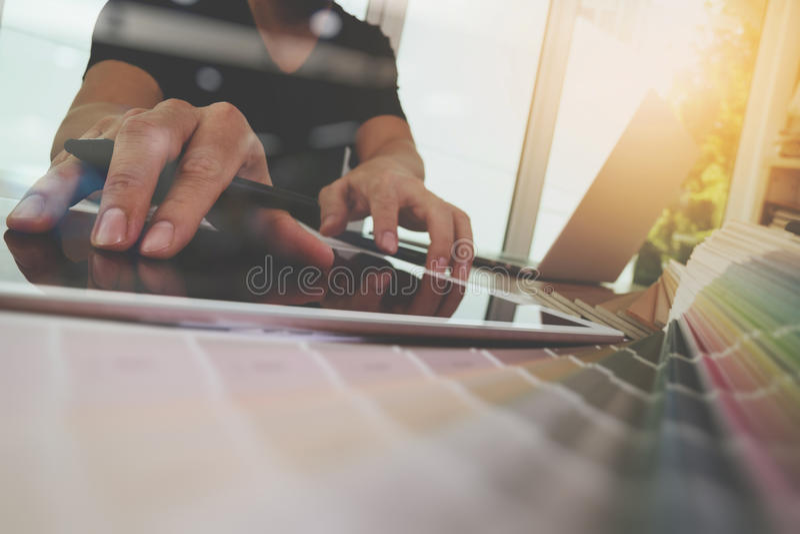 Χέρι σχεδιαστών που λειτουργεί με το φορητό προσωπικό υπολογιστή στοκ φωτογραφίες με δικαίωμα ελεύθερης χρήσης