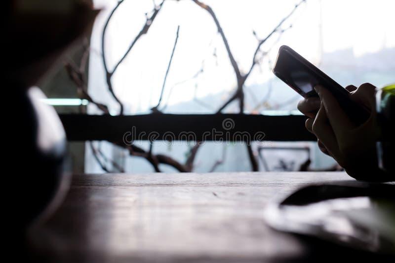 χέρι τηλέφωνο αίσθηση μοναξιά στοκ φωτογραφία με δικαίωμα ελεύθερης χρήσης