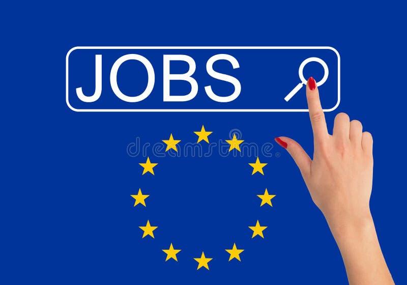Χέρι της γυναίκας που αναζητά τις θέσεις εργασίας στην Ευρώπη με Διαδίκτυο στοκ φωτογραφίες