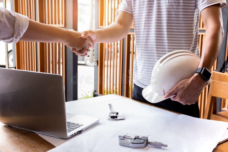 Χέρι τινάγματος χεριών επιχειρησιακών ατόμων κατασκευής μηχανικών επιτυχές στοκ εικόνες με δικαίωμα ελεύθερης χρήσης