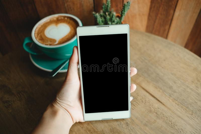 Χέρι του έξυπνου τηλεφώνου λαβής επιχειρησιακών γυναικών το φλυτζάνι με τον καφέ έχει ένα χ στοκ φωτογραφίες με δικαίωμα ελεύθερης χρήσης
