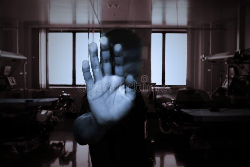 Χέρι του ασθενή σε μια κλινική πνευματικών υγειών στοκ φωτογραφίες
