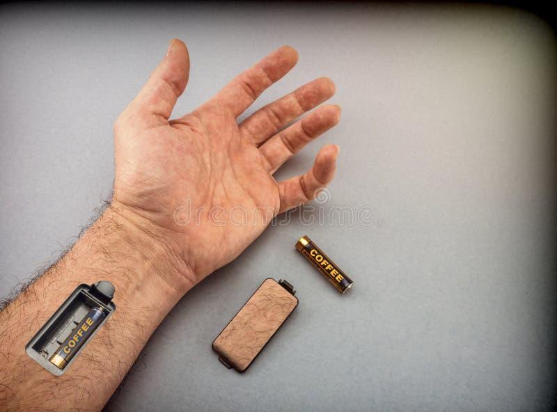 Χέρι του ατόμου με την αυλάκωση για τη φόρτιση των μπαταριών στοκ εικόνες με δικαίωμα ελεύθερης χρήσης