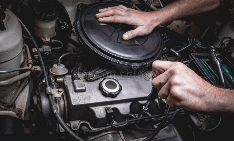 Χέρι του αυτόματου μηχανικού με ένα γαλλικό κλειδί στοκ φωτογραφία
