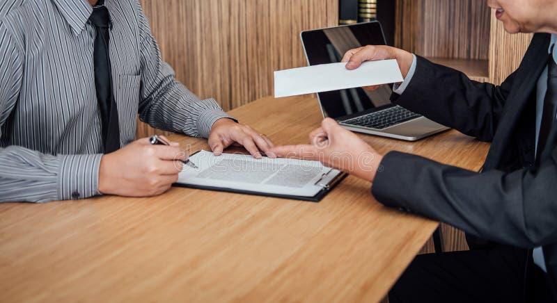 Χέρι του εργοδότη που αρχειοθετεί την τελική ανταμοιβή μετά από τον υπάλληλο στο wri στοκ εικόνες