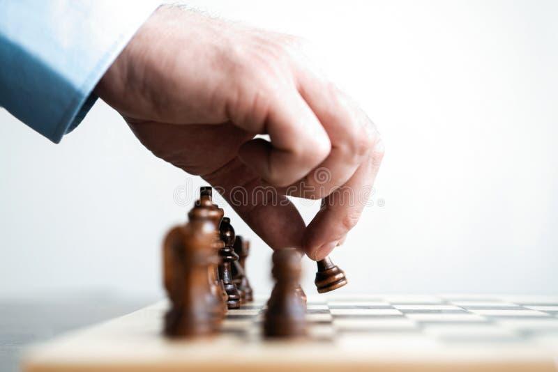 χέρι του κινούμενου παιχνιδιού επιτυχίας αριθμού σκακιού επιχειρηματιών σε ανταγωνισμό έννοια στρατηγικής, διαχείρισης ή ηγεσίας στοκ εικόνες