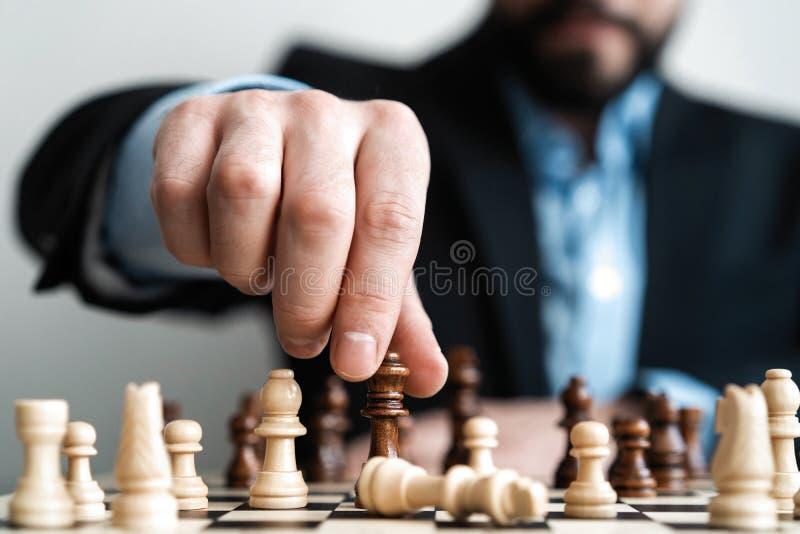χέρι του κινούμενου παιχνιδιού επιτυχίας αριθμού σκακιού επιχειρηματιών σε ανταγωνισμό έννοια στρατηγικής, διαχείρισης ή ηγεσίας στοκ φωτογραφίες