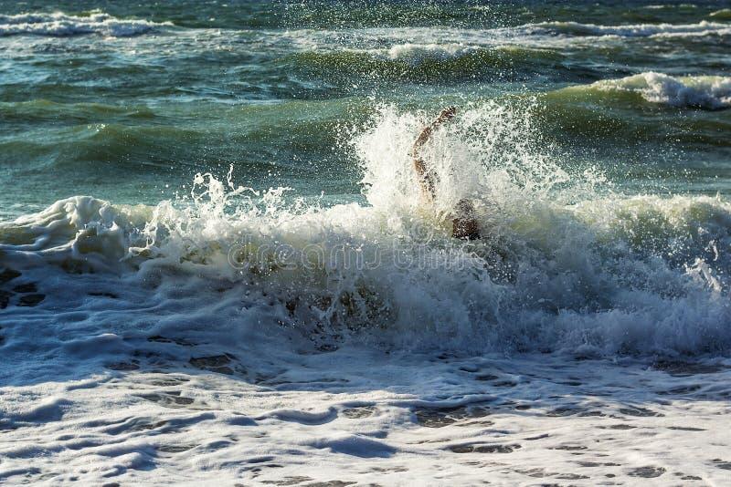 Χέρι του πνίγοντας ατόμου που προσπαθεί να κολυμπήσει από το θυελλώδη ωκεανό Πνίγοντας θύμα που χρειάζεται τη βοήθεια, που ζητά τ στοκ εικόνα