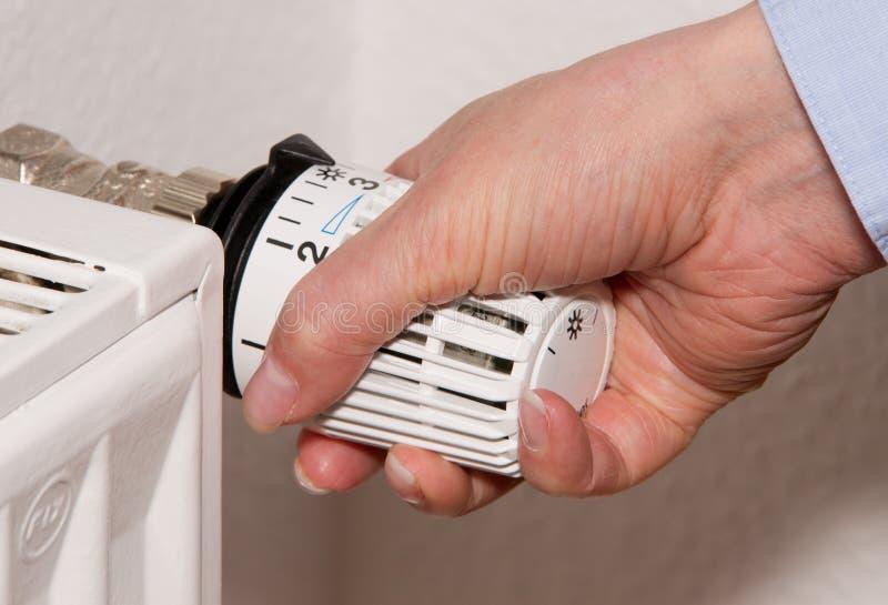 Γυρίζοντας έλεγχος θερμαντικών σωμάτων χεριών στοκ φωτογραφία
