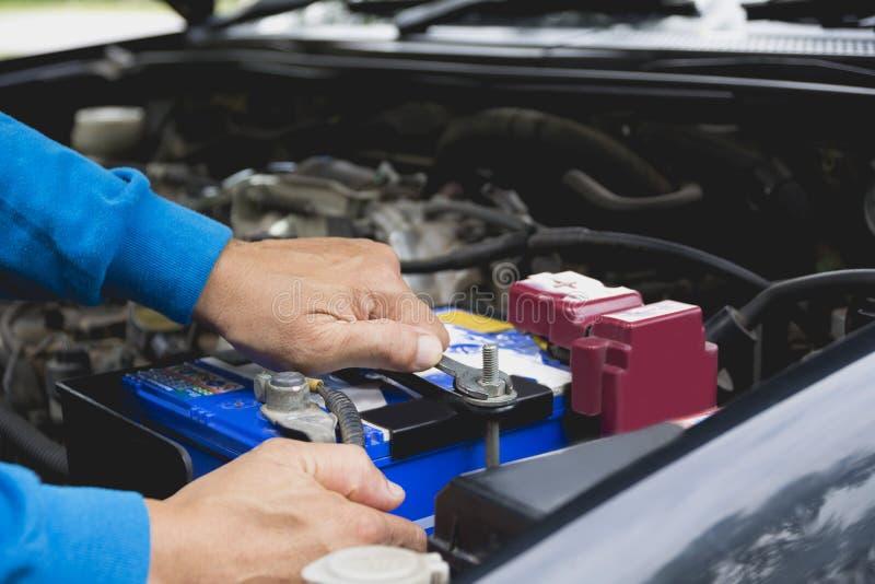 Χέρι του τεχνικού που ελέγχει τη μηχανή του αυτοκινήτου στοκ φωτογραφία με δικαίωμα ελεύθερης χρήσης