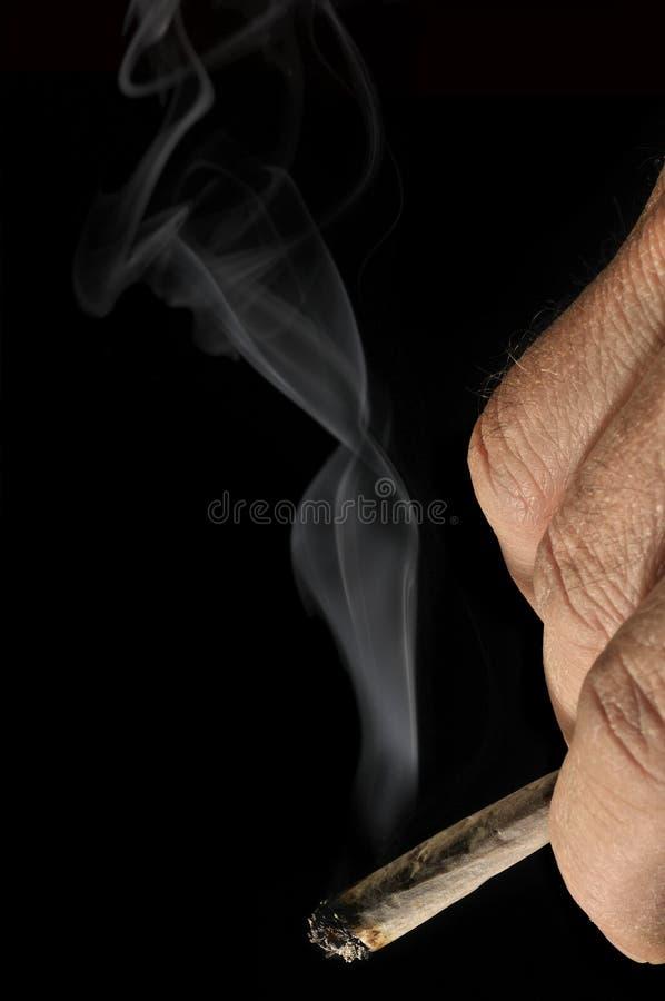 χέρι τσιγάρων που κυλιέτα&io στοκ φωτογραφία