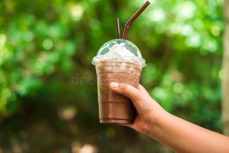 Χέρι υποβάθρου τροφίμων του καφέ λαβής γυναικών με τον αφρό γάλακτος στην κορυφή στοκ φωτογραφία με δικαίωμα ελεύθερης χρήσης
