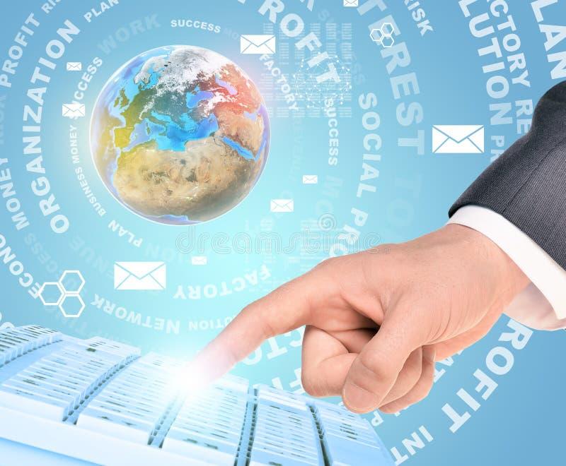 Χέρι Businessmans με τις επιχειρησιακές λέξεις στοκ εικόνα