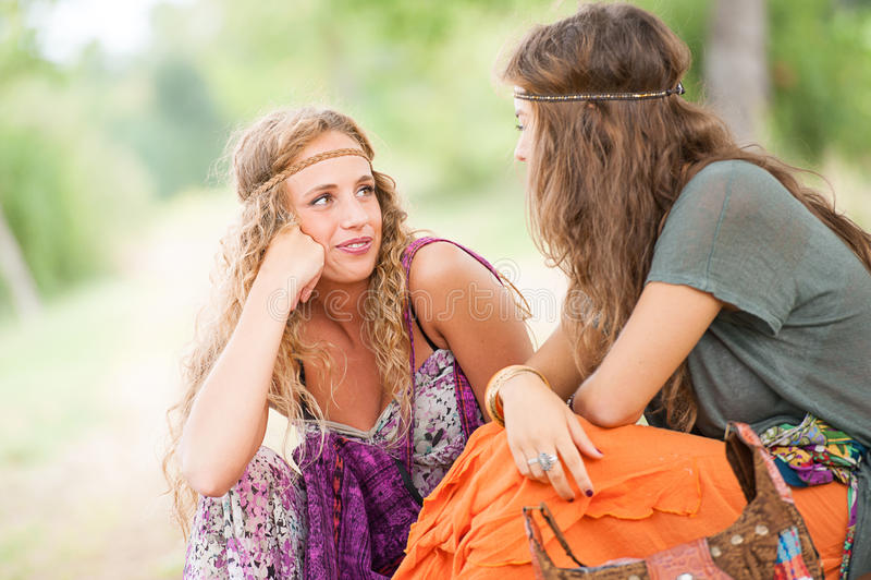 Χίπης δύο νέος όμορφος κοριτσιών στοκ εικόνες