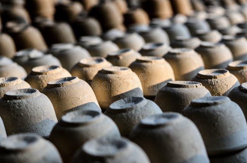 Χίλια από τα κύπελλα αγγειοπλαστικής που ξεραίνουν στον καυτό ήλιο στοκ φωτογραφία με δικαίωμα ελεύθερης χρήσης