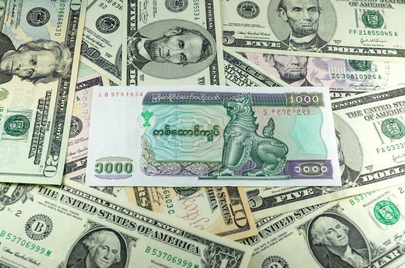 Χίλια KYAT της Myanmar στο υπόβαθρο πολλών δολαρίων στοκ εικόνα με δικαίωμα ελεύθερης χρήσης