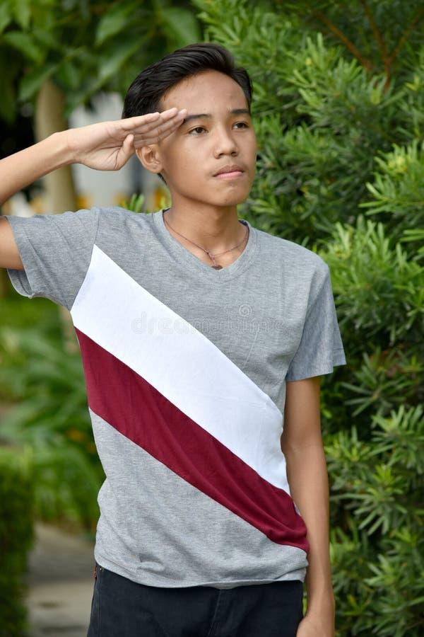Χαιρετίζοντας νεανικός αρσενικός νεαρός μειονότητας στοκ φωτογραφία με δικαίωμα ελεύθερης χρήσης