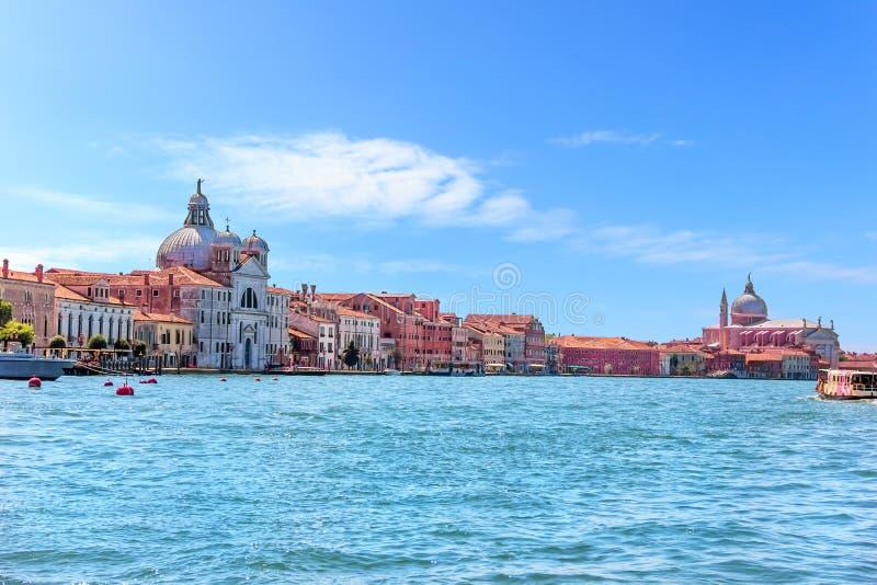 Χαιρετισμός βασιλικών του σημαδιού του ST και della της Σάντα Μαρία στη Βενετία, άποψη από τη γόνδολα στο μεγάλο κανάλι στοκ φωτογραφία με δικαίωμα ελεύθερης χρήσης