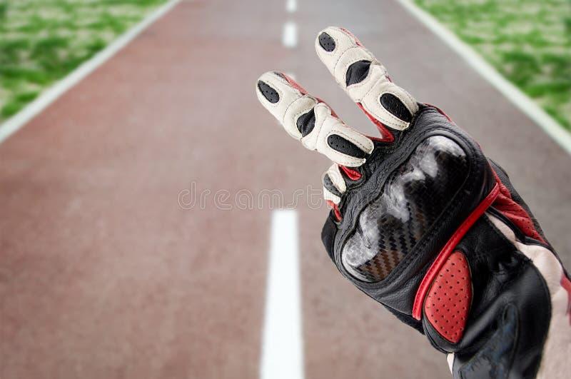 Χαιρετισμός ν ποδηλατών ο δρόμος στοκ εικόνα