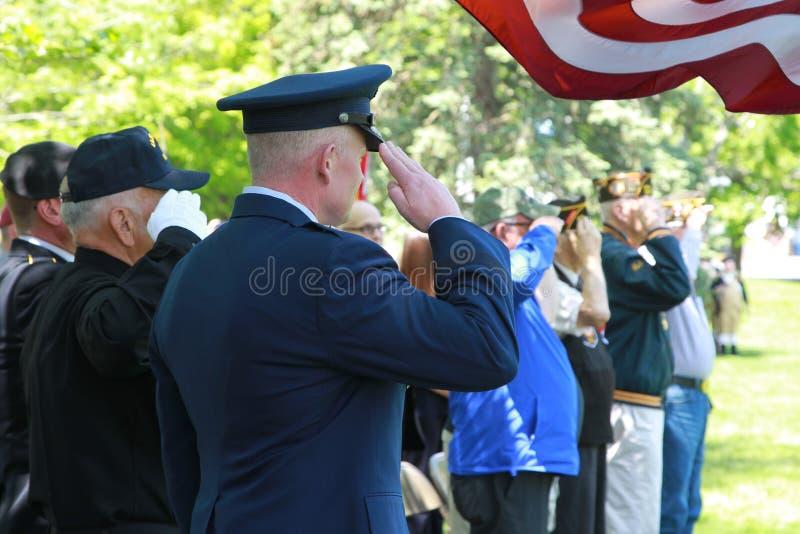 Χαιρετισμός σε μια τελετή ημέρας μνήμης στοκ εικόνες με δικαίωμα ελεύθερης χρήσης