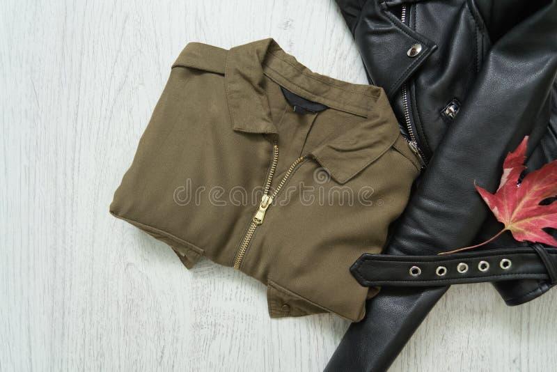 Χακί πουκάμισο και μαύρο σακάκι μοντέρνη έννοια στοκ φωτογραφίες