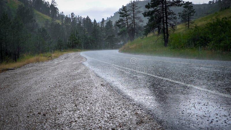 Χαλάζι στο δρόμο βουνών με την ομίχλη στοκ εικόνες