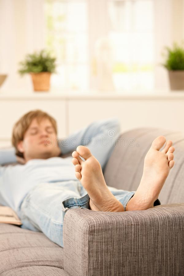 Χαλάρωση ατόμων στον καναπέ στοκ εικόνα
