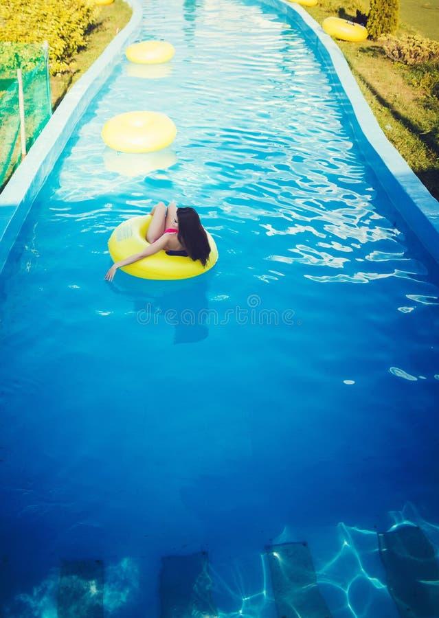 Χαλάρωση γυναικών επάνω στο νερό λιμνών στοκ φωτογραφία