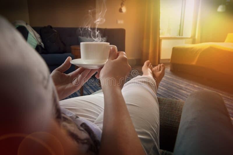 Χαλάρωση γυναικών με το τσάι ή τον καφέ στην κρεβατοκάμαρα στοκ φωτογραφία με δικαίωμα ελεύθερης χρήσης